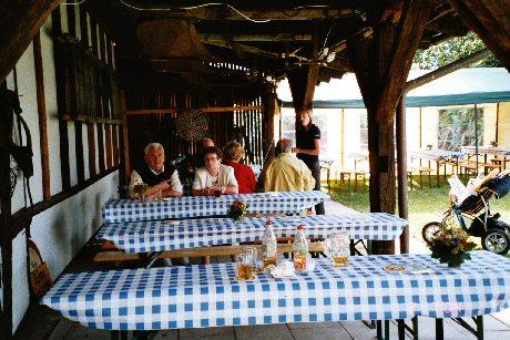 Am Anfang gab es noch genügend freie Sitzgelegenheiten im »Kruscht«-Schopf und im Zelt.